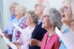 Grupp av pensionärer som tillsammans sjunger i kör Royaltyfri Foto