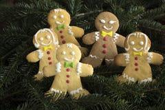 Grupp av pepparkakapojkar och flickor på julträd royaltyfri bild