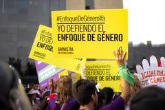 Grupp av peruanska flickor och kvinnor med baner på kvinnas dagmarschen royaltyfri fotografi