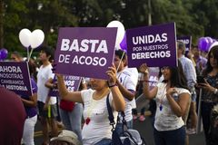 Grupp av peruanska flickor som protesterar för stoppet av mobbning på marschen för kvinnas dag arkivfoto