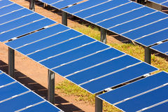 Grupp av photovoltaic sol- paneler som producerar rene Arkivfoto