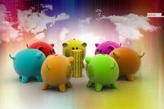 Grupp av piggybanks omkring med guld- mynt Royaltyfria Foton
