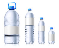 Grupp av plastic flaskor med vatten. Isolatedon wh Arkivbild