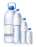 Grupp av plastic flaskor med vatten. Isolatedon wh Royaltyfri Foto