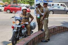 Grupp av poliser som står på gatan Arkivbild