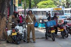 Grupp av poliser som står på gatan Royaltyfri Foto