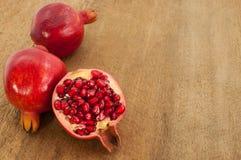 Grupp av pomegranaten på wood bakgrund Arkivfoto