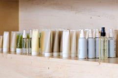 Grupp av produkter för behållare för hudomsorg på marmorhylla Arkivbilder