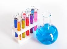 Arkivfoton kemiuppsättning med provrör flaskor och dryckeskärlen