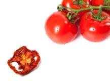 Grupp av rå tomater med vattendroppar och den torkade skivan Royaltyfri Foto