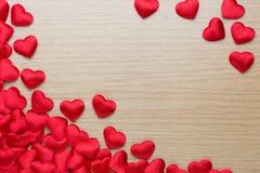 Grupp av röda hjärtor på den wood tabellen Fotografering för Bildbyråer