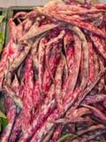 Grupp av röda nya bönor som är till salu i livsmedelsbutik Arkivfoto