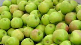 Grupp av röda och gröna äpplen på askar i supermarket lager videofilmer