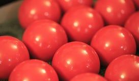 Grupp av röda plast- bollar royaltyfri foto