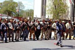 Grupp av Reenactors som ståtar i Bedford, Virginia - 2 Arkivbilder