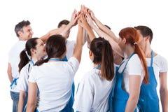 Grupp av rengöringsmedel som gör gest för höjdpunkt fem Arkivfoton