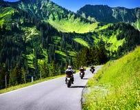 Grupp av resande cyklister Fotografering för Bildbyråer