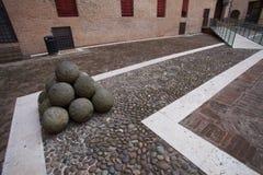 Grupp av rocken på det Castello Estense slottet royaltyfri foto