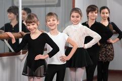 Grupp av barn som står på balettbarren Royaltyfri Foto