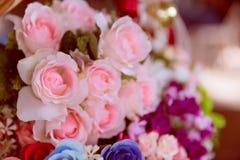 Grupp av rosblomman, främst fokus på rosa färgros Royaltyfri Fotografi
