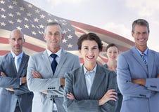 Grupp av säkra businesspeople som står mot amerikanska flaggan Royaltyfri Bild