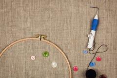 Grupp av sömnadobjekt som framlänges ligger på en naturlig linne Arkivfoton