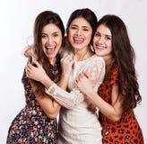 Grupp av sexiga tre, härliga unga lyckliga kvinnor. royaltyfri foto