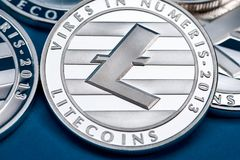 Grupp av silverlitecoinmynt, närbild royaltyfria bilder