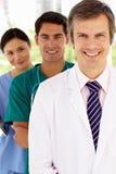 Grupp av sjukhusdoktorer som plattforer i linje Arkivfoton