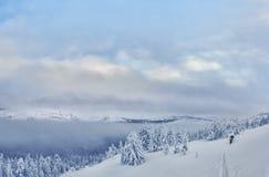 Grupp av skidåkare i skidaturen på berget Arkivfoton