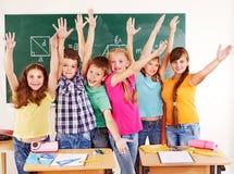 Grupp av skolabarnet i klassrum. Royaltyfri Fotografi