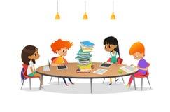 Grupp av skolbarn som sitter runt om den runda tabellen med den stora högen av böcker på den som läser och förbereder sig för kur vektor illustrationer