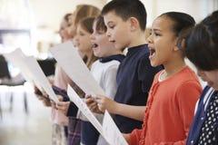 Grupp av skolbarn som tillsammans sjunger i kör Royaltyfria Bilder