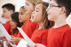 Grupp av skolbarn som tillsammans sjunger i kör arkivbild