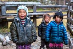 Grupp av små barn i den avlägsna Himalaya byn Arkivfoto