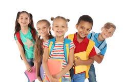 Grupp av små barn med ryggsäckar arkivfoto