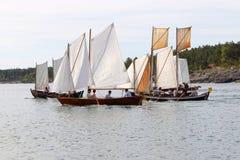 Grupp av små gamla seglingskepp som snabbt ror Royaltyfri Fotografi