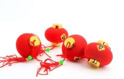 Grupp av små röda kinesiska lyktor för garnering över vit bakgrund Royaltyfri Bild