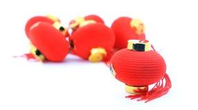 Grupp av små röda kinesiska lyktor för garnering över vit bakgrund Royaltyfri Fotografi