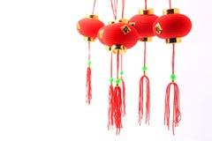 Grupp av små röda kinesiska lyktor för garnering som isoleras på vit Royaltyfri Fotografi
