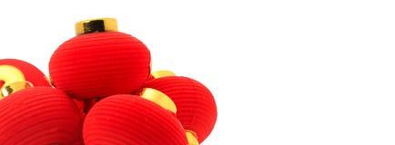 Grupp av små röda kinesiska lyktor för garnering som isoleras på vit Royaltyfria Foton