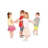 Grupp av små ungar som dansar och att ha gyckel. Royaltyfri Fotografi