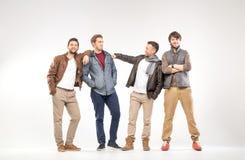 Grupp av smarta grabbar som annonserar något arkivfoton