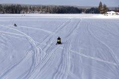 Grupp av snömobiler på floden royaltyfri fotografi