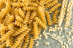 Grupp av sprial guld- kulör makaronipasta Arkivbild