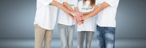 Grupp av stående och sammanfogande händer för volontärfolk samman med karaktärsteckningbakgrund Arkivbild