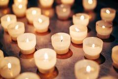 Grupp av stearinljus i kyrka stearinljus lampa Royaltyfri Fotografi