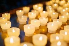 Grupp av stearinljus i kyrka stearinljus lampa Arkivbild