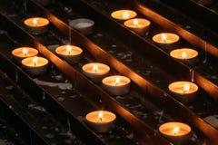 Grupp av stearinljus i kyrka Stearinljus ljusflamma Royaltyfri Foto