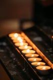 Grupp av stearinljus i kyrka Stearinljus ljusflamma Royaltyfria Foton